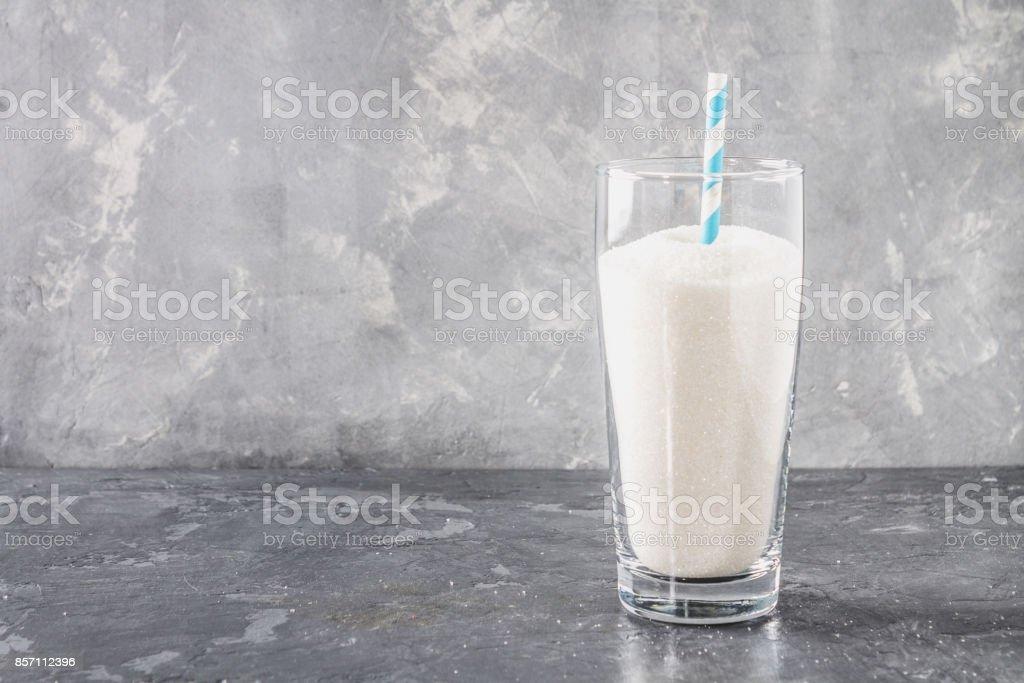 Glas mit Zucker Sand ist eine ungesunde Ernährung. Der Inhalt des Zuckers in süße Limonade. - Lizenzfrei Cola Stock-Foto