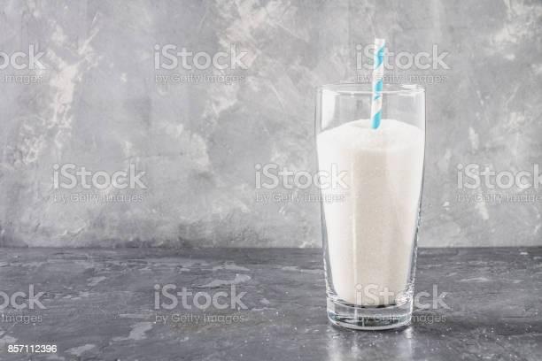 Glas Mit Zucker Sand Ist Eine Ungesunde Ernährung Der Inhalt Des Zuckers In Süße Limonade Stockfoto und mehr Bilder von Cola