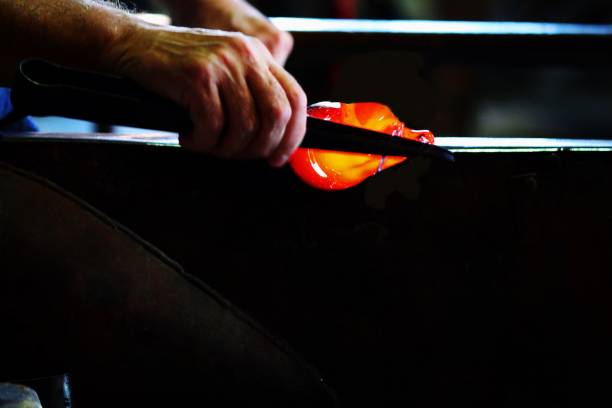 souffleur de verre - josianne toubeix photos et images de collection