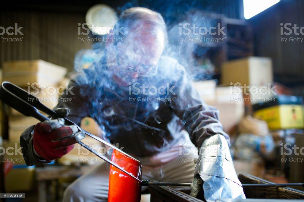 吹玻璃使用專門的工具來塑造熔融玻璃碗圖像檔
