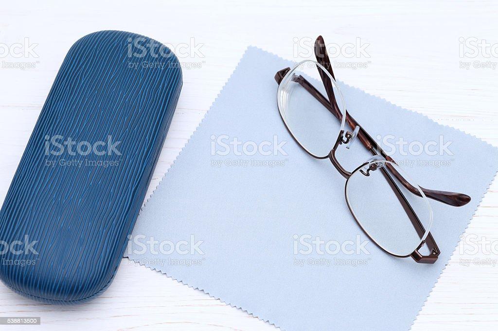 Gehäuse mit Brille und Reinigungstuch – Foto