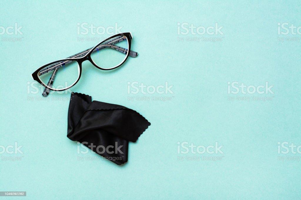 Gläser und Reinigungstuch auf grünem Hintergrund – Foto