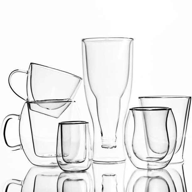 gläser und tassen mit doppelwänden, auf weißem hintergrund. isoliert - liebesbeweis für ihn stock-fotos und bilder