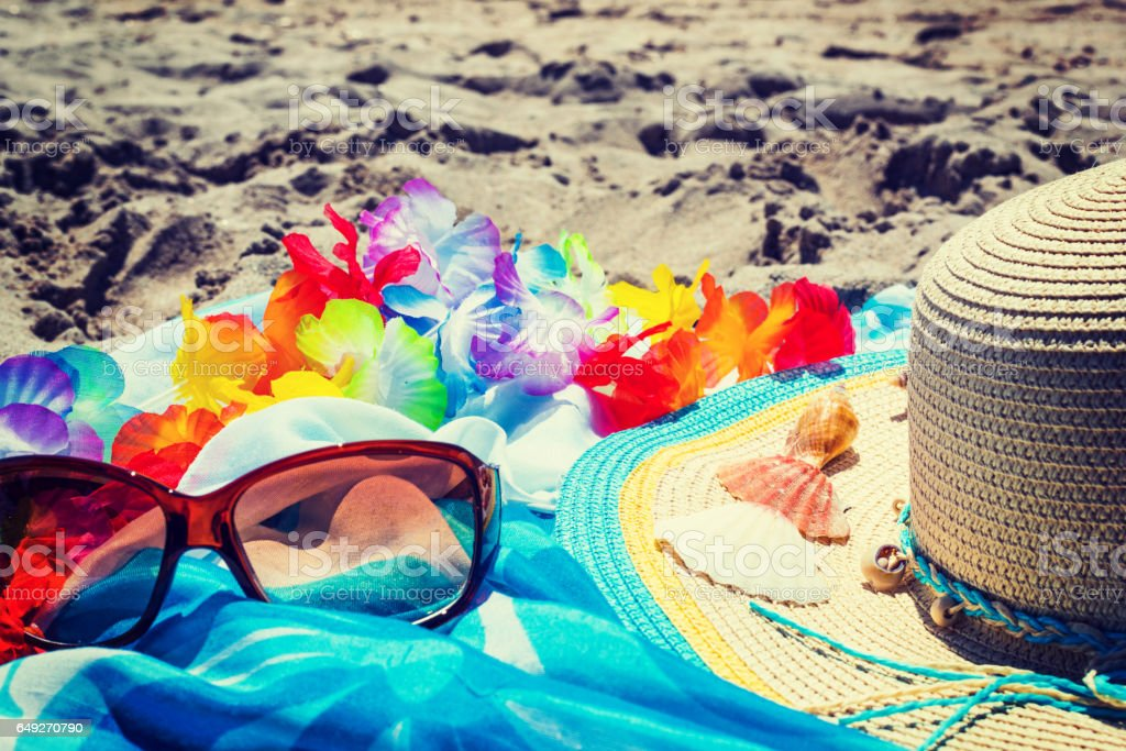 glasses and straw hat on the sand - fotografia de stock