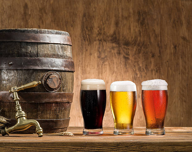 Glasses of  beer and ale barrel. - foto stock