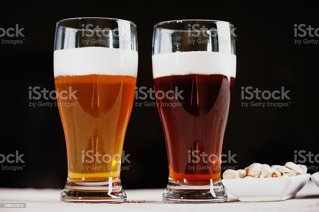 Glasses of beer and pistachio nuts Lizenzfreies stock-foto