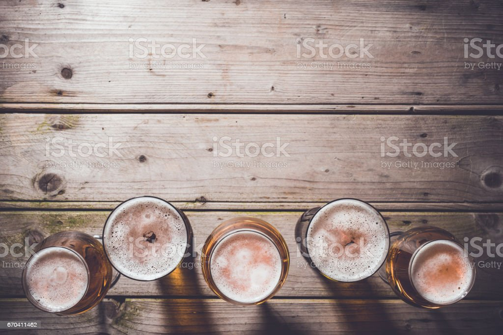 Glasses of beer on an old wooden table. – Foto