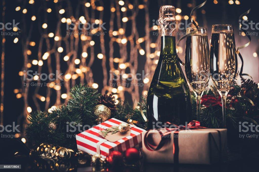 taças de champanhe e presentes - foto de acervo
