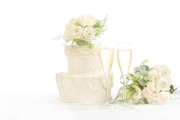 gläser champagner und hochzeitstorte auf weißem hintergrund horizontale - rosentorte stock-fotos und bilder