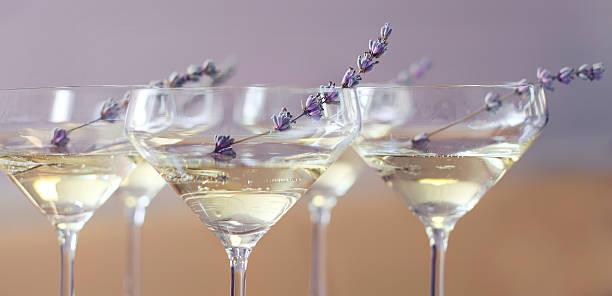 gläser champagner mit lavendel - französische land tisch stock-fotos und bilder