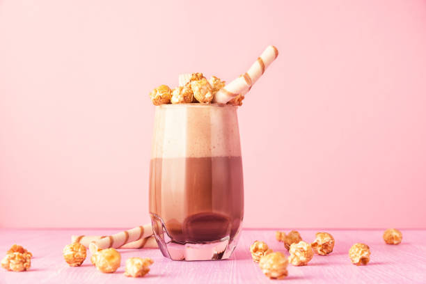 schoko milchshake mit karamell popcorn gläser. - kaffee protein shakes stock-fotos und bilder