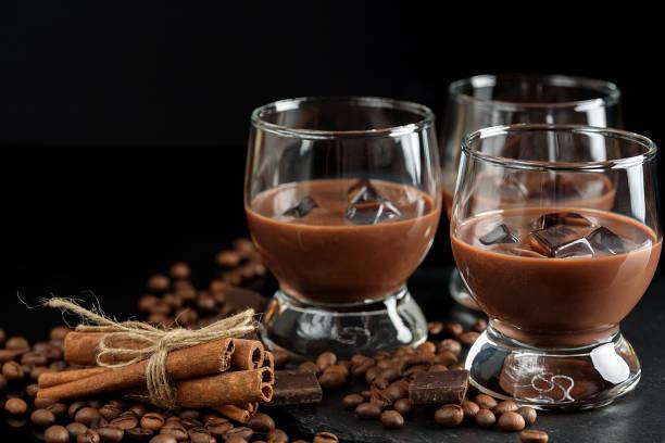 gläser kaffee creme cocktail oder schokolade martini auf schwarzem hintergrund - schokolikör stock-fotos und bilder