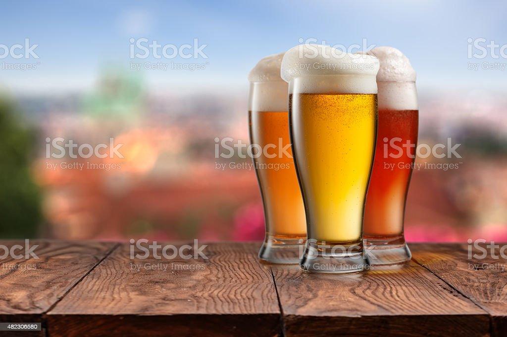 Diversi bicchieri di birra sul tavolo di legno contro Praga - foto stock