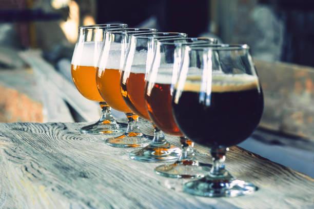 Gläser verschiedener Biersorten auf Holzhintergrund – Foto