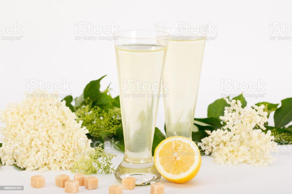 Glasses of healthy juice, elderberry flowers and lemon photo libre de droits