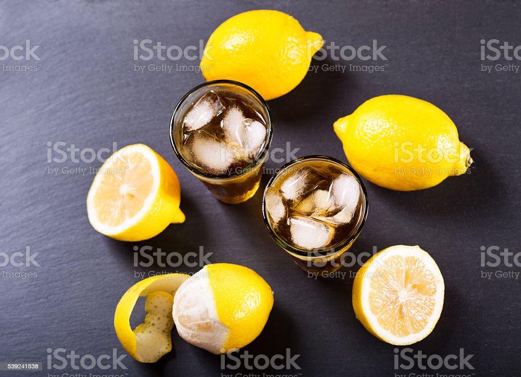 Gafas de limón té con hielo con frutas frescas foto de stock libre de derechos