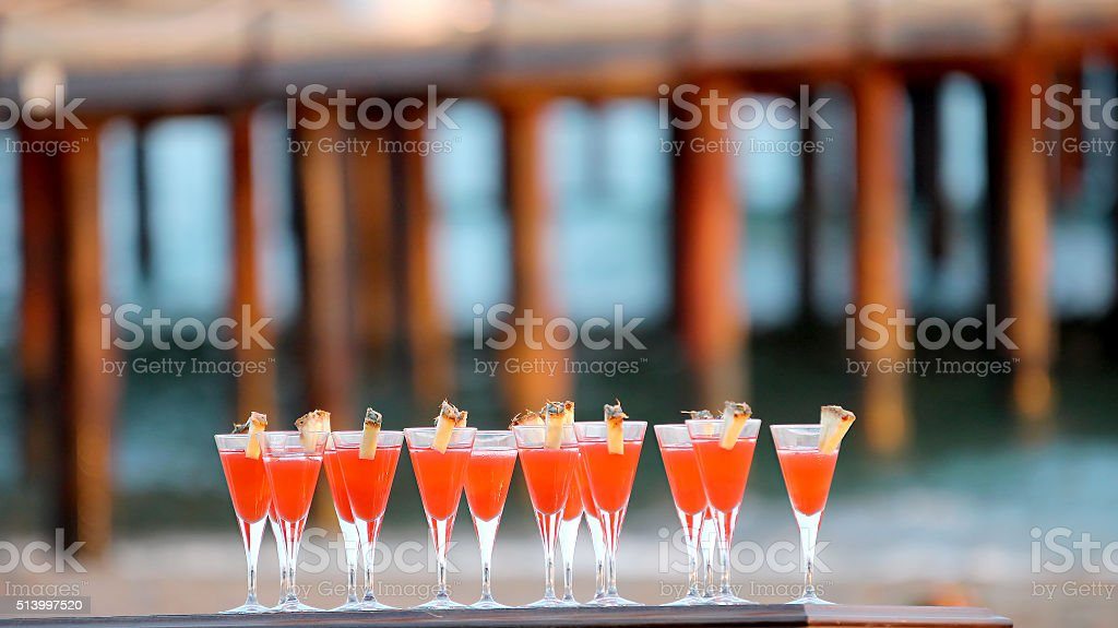 Bicchieri di Cocktail rosso alla spiaggia partito - foto stock