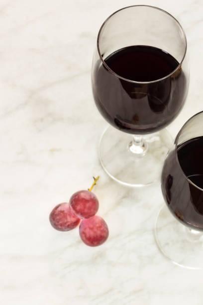 glasses of red wine at tasting with copyspace - dinge die zusammenpassen stock-fotos und bilder