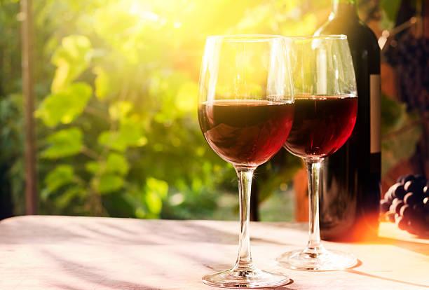 Gläser mit einer Flasche Rotwein – Foto