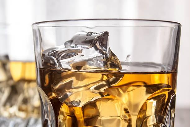 Gafas de whisky y cubos de hielo con ventana retroiluminación - foto de stock