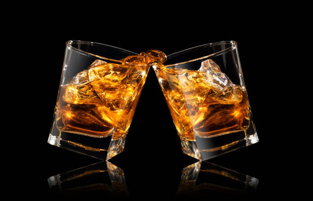 vasos de whisky haciendo tostadas - foto de stock