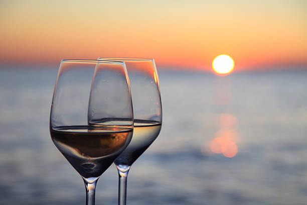 gläser wein vor sunset rot - glasmalerei stock-fotos und bilder