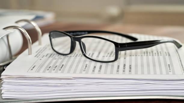 Brille auf einen Dateiordner – Foto