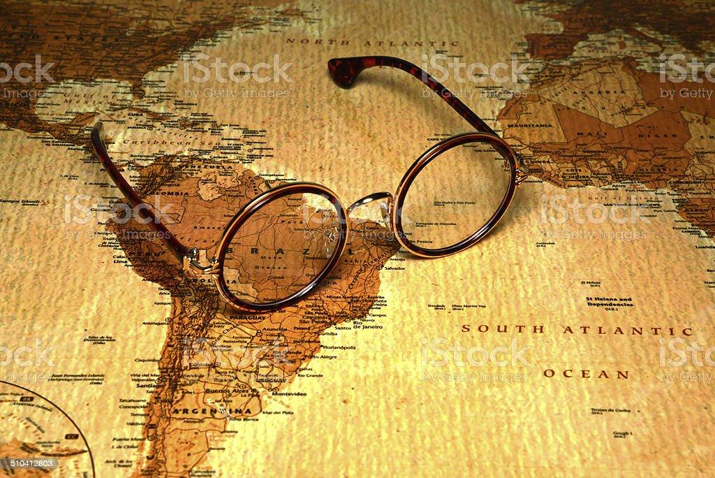 Occhiali su una mappa del mondobrasile fotografie stock e altre
