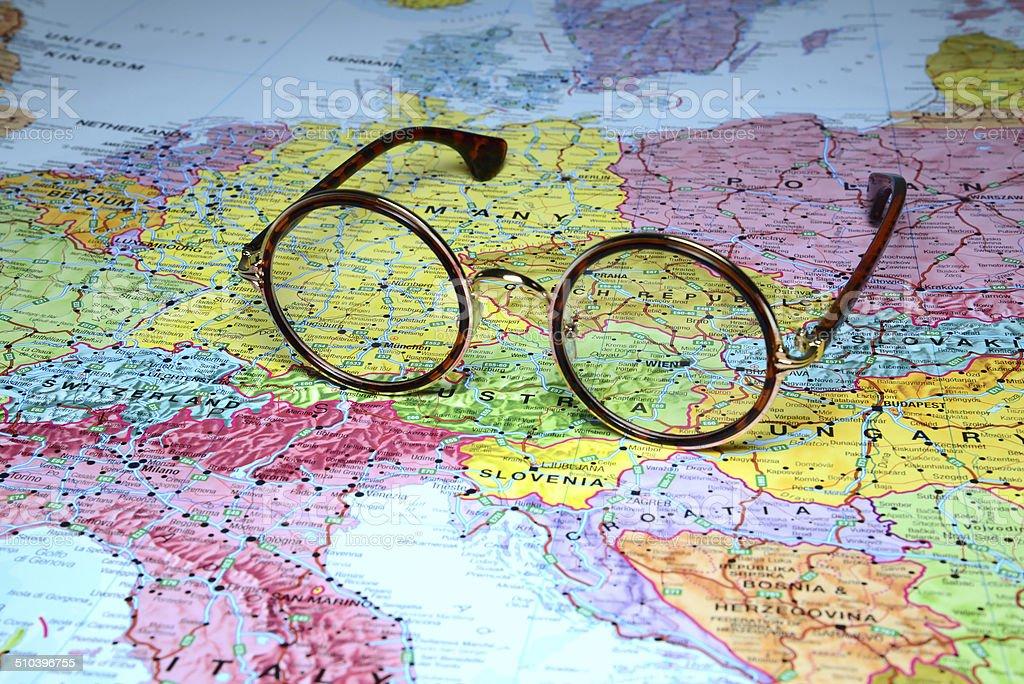 e031b66d7a8 Gafas en un mapa de Europa-Viena foto de stock libre de derechos