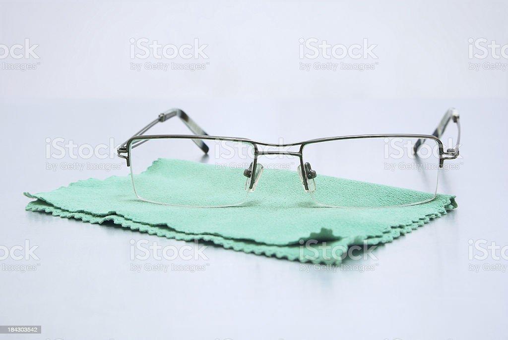 Brille auf der Reinigungstuch – Foto