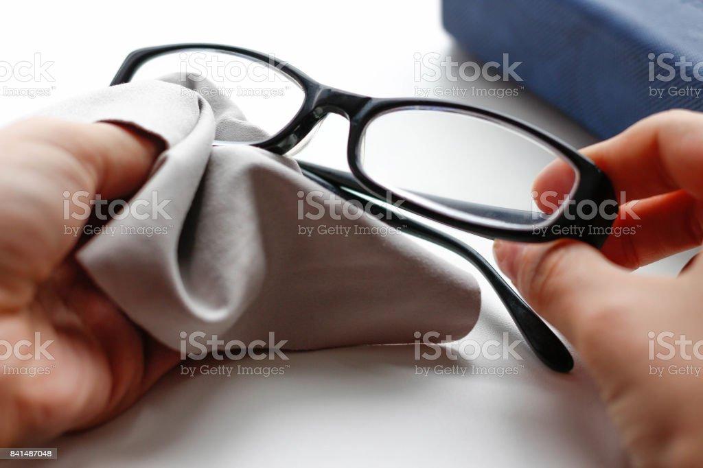 Brille mit schwarzem Rahmen und grau wischen Tuch. Closeup – Foto