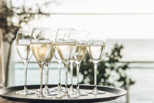 Gläser mit Champagner in einer Reihe – Foto