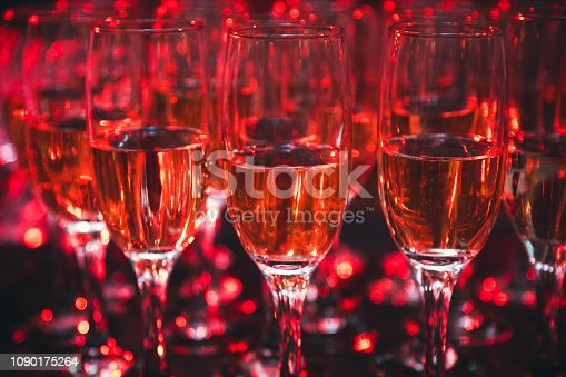 Champagner Gläser. Glasses with wine on the table. Banquet service for birthdays, weddings and Valentines day events.