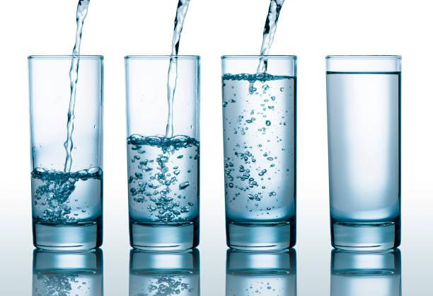 verres avec différents niveaux de l'eau - imitant un animal photos et images de collection