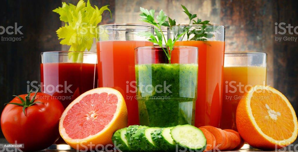 Gläser mit frischem Bio-Gemüs'und Früchte und Säfte  – Foto