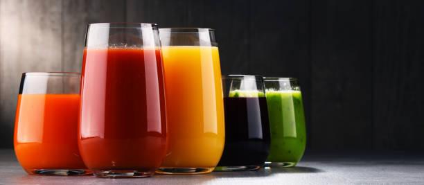 verres avec des jus de fruits et de légumes bio. - jus de fruit photos et images de collection