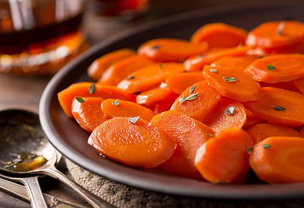 glazed carrots - geglazuurd stockfoto's en -beelden