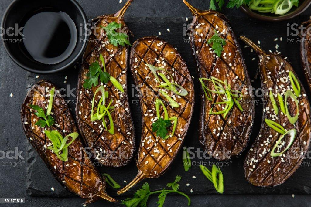 glasierte gegrillte Auberginen serviert mit Sesam-Samen und grüne Zwiebel – Foto