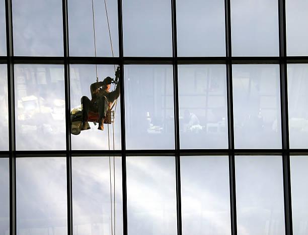glazier caulks fenster scheiben - fensterbauer stock-fotos und bilder