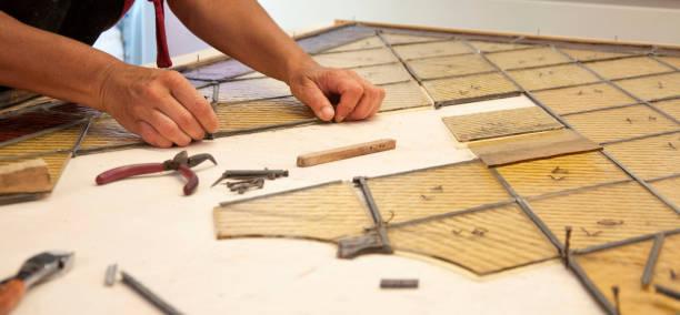 glaserei wiederherstellung antike glasfenster - fensterbauer stock-fotos und bilder