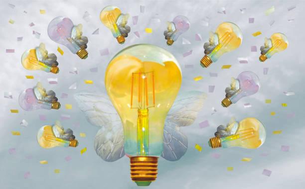 Glödlampor som fyger och inspireras att skapa gott. Inspirerande och lyckad arbetsmiljö stock photo