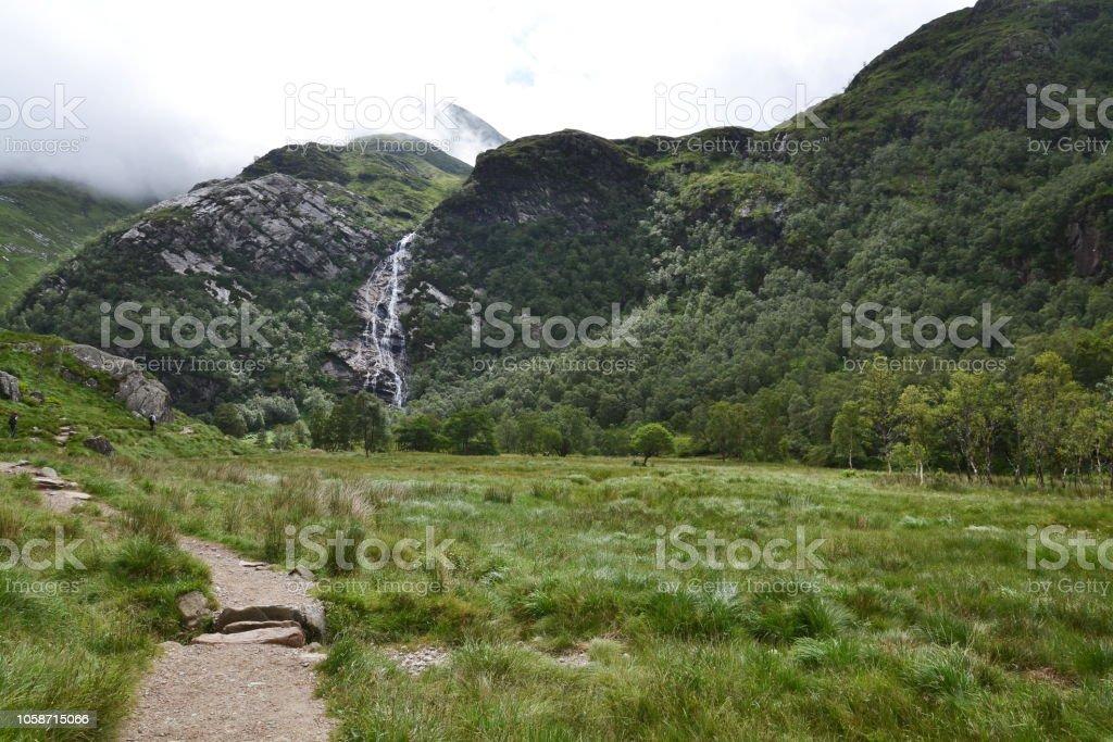 Glen Nevis Tal mit Steall Wasserfall, genannt ein Steall Verbot oder Steall Wasserfall, zweite höchste in Fort William, Lochaber, Highlands, Schottland, Vereinigtes Königreich – Foto