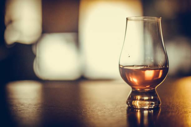 glasglas glencairn - schottischer whisky stock-fotos und bilder