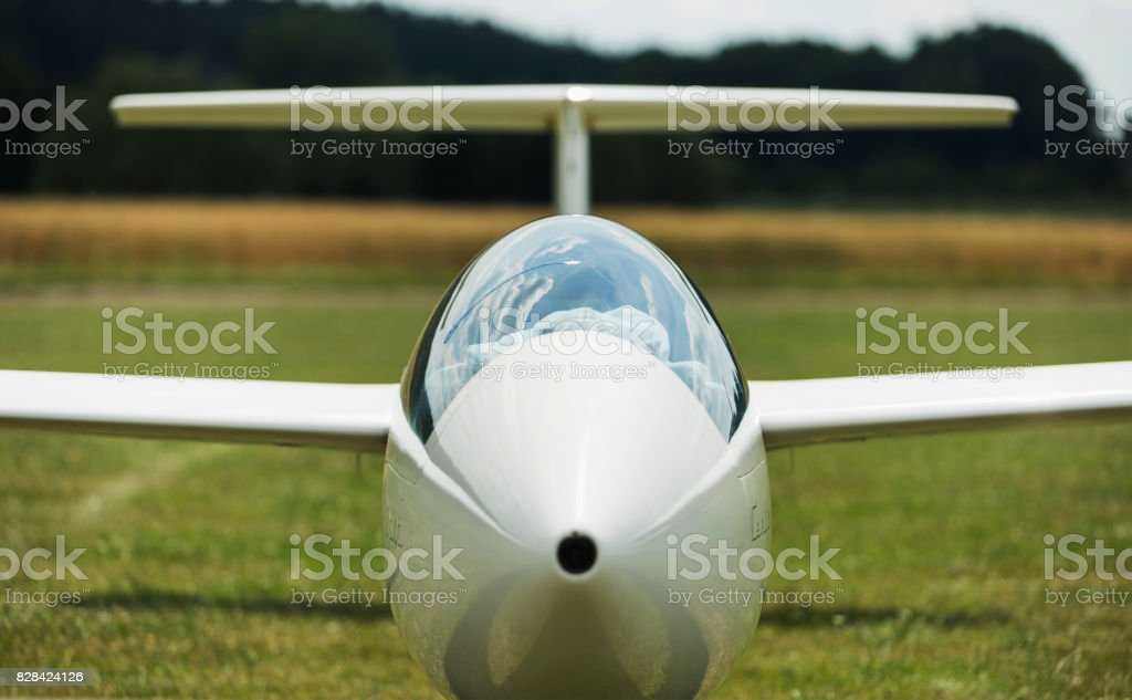 glider at green airfield with blue sky - foto stock