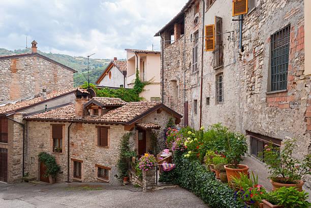 scorcio di un tipico villaggio medievale in italia - bobbio foto e immagini stock