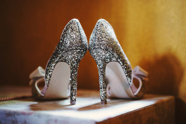 glitzernden high heels - glitzer absätze stock-fotos und bilder