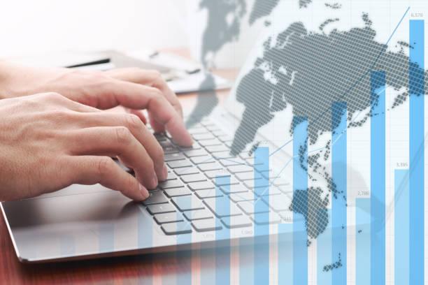 globale unternehmensanalytik. geschäftsmann analysiert daten. - internationale geschäftswelt stock-fotos und bilder
