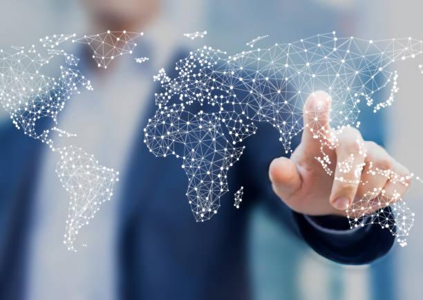 globales geschäfts-und finanzkonzept mit geschäftsmann berührende weltkarte mit vernetzten punkten in der netzwerkarchitektur für telekommunikation, internet der dinge, finanztechnologie, datenserver - internationale geschäftswelt stock-fotos und bilder