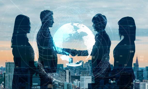 küresel iş kavramı. titreyen eller işadamı. - küresel stok fotoğraflar ve resimler