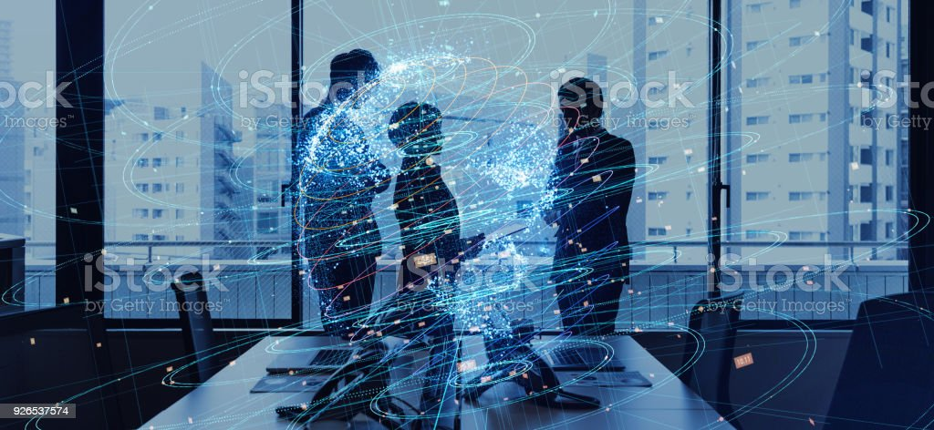 Concepto de negocio global. Siluetas de red de comunicación y persona de negocios. - foto de stock